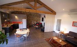 Salon et cuisine du gîte - Domaine de Montcalm